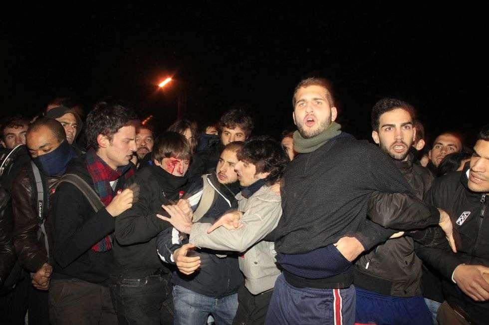 Un joven resulta herido en una carga policial en Carabanchel, Madrid.